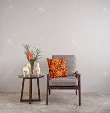 chaise rembourr e chaise rembourrée gris dans le salon avec des fleurs banque d images