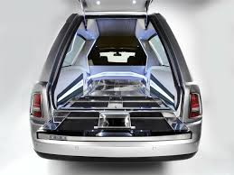 carro rolls royce go in style in the back of a rolls royce phantom hearse