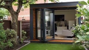 bureau de jardin en bois cabane de jardin moderne et fonctionnelle plus de 25 photos
