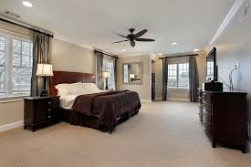 disposition des meubles dans une chambre chambre à coucher principale avec les meubles en bois foncés photo