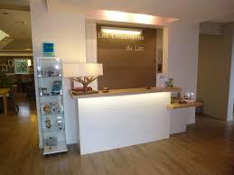 comptoir de bureau menuiserie couronné agencement de commerce de magasin d hôtel