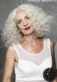 Frisuren Lange Graue Haare by Locken Voller Sprungkraft In Elegantem Grau Ton Grau Frisuren