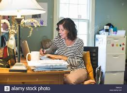 Schreibtisch Erwachsene Mitte Erwachsenen Frau Am Schreibtisch Laptop Und Kaffee Tasse