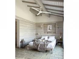 mur de chambre en bois chambre esprit chalet lambris patinés sur les murs en tête de