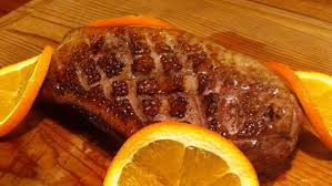 cuisiner magret de canard au four recette magret de canard à l orange sur la planche de cèdre