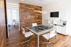 legno per rivestimento pareti moduli disegno a parete di listoni in legno massiccio cadorin