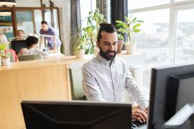 de sexe dans un bureau employé de bureau de sexe masculin créatif heureux avec l ordinateur