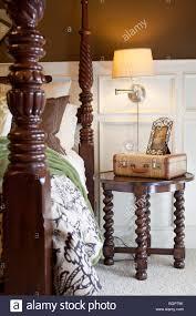 Schlafzimmer Lampe Nachttisch Master Schlafzimmer Mit Geschnitzten Hölzernen Himmelbett