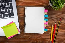 bloc note sur bureau bureau table bureau avec pc papier froissé coupe fournitures