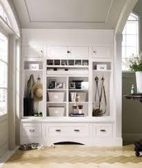 entryway built in cabinets interieurideeën hal met een bank en plekje voor de hond door