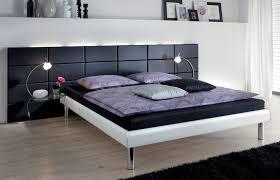 chambre avec lit noir bedroom with a black leather headboard chambre avec une tête de