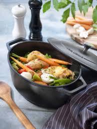 cuisine cocotte en fonte cyril lignac investit votre cuisine avec sa gamme de poêles et