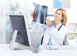 x au bureau docteur en médecine en regardant une image de rayons x au bureau