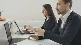travaux de bureau les avocats travaillent dans le bureau banque de vidéos vidéo du