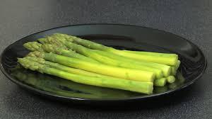 cuisiner l asperge réussir la cuisson des asperges vidéo gourmand