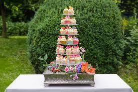 hochzeitstorte cupcakes hochzeitstorte sweet table sommerliche inspiration
