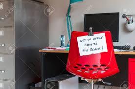 bureau dos d e employé quitte la note sur le dos de la chaise de bureau out of