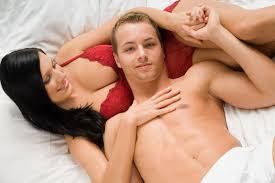 pria perkasa di atas ranjang hanya dengan mengoleskan foredi