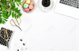 plante verte bureau table de bureau féminin avec café biscuits ordinateur portable et