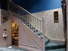 schrank unter treppe schrank unter der treppe bei den dursleys picture of warner bros