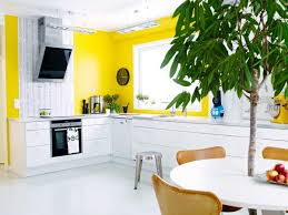cuisine jaune et blanche cuisines cuisine deco murale jaune idée décoration cuisine le
