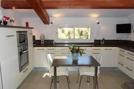 cuisine marron et blanc cuisine blanche plan de travail marron en photo