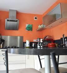 un enduit décoratif à la chaux orange pour une cuisine