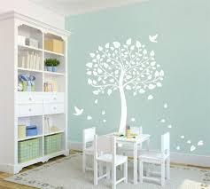 arbre chambre bébé stickers arbre dans la chambre bébé et enfant en 28 idées créatives