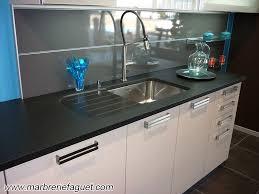 table de travail cuisine plan de travail en granit noir crédences et evier massif 38 et 73