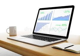 bureau des statistiques ordinateur portable sur un bureau en bois avec des statistiques