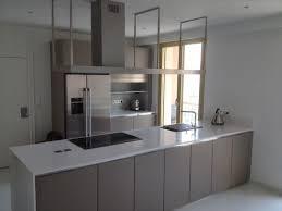 plan de travail cuisine blanc brillant cuisine moderne taupe sans poignées avec plan de travail fin blanc