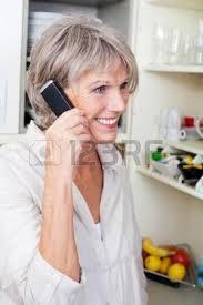 femme plus cuisine attracive femme âgée moderne bénéficiant d une tasse de cappuccino