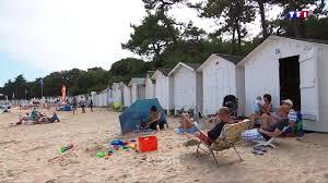 cabine de plage bois noirmoutier que trouve t on dans les célèbres cabines en bois de