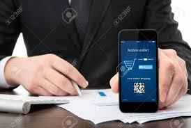 bureau tactile d affaires au bureau tenant un téléphone tactile avec porte