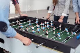jeu de travail au bureau groupe de sexe masculin et féminin bureau travailleurs jouer table