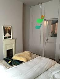 tapiserie chambre chambre tête de lit tapisserie orange parquet en chêne murs