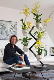 ontwerper francois hannes met orchid twister in modern interieur