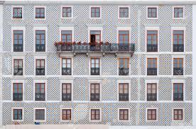 fassade architektur fliesen fassade mit holzfenster typische architektur lissabon