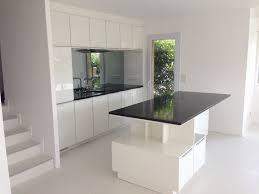 table cuisine blanche cuisine carrée amnagement cuisine 15m2 amenagement studio 17m2