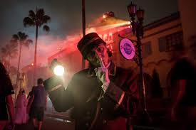 universal studios orlando halloween horror nights 2014 3 reasons universal orlando is more magical after dark