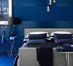 revetement sol chambre adulte déco revêtement sol et mur en bleu indigo lit couleur gris aux