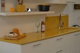 lave cuisine plan de travail de cuisine couleur ocre de couleur lave photo de