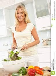 femme dans la cuisine femme préparant la salade dans la cuisine moderne photo stock