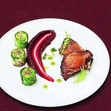 cuisiner du pigeon suprême de pigeon rôti purée de betterave