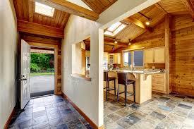 cuisine ouverte sur s駛our couloir avec la porte ouverte vue à l arrière cour cuisine ouverte