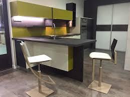 table cuisine design cuisine à ilot central avec table attenante au showroom groizeau