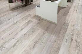what color of vinyl plank flooring goes with honey oak cabinets 2021 vinyl flooring trends 20 vinyl flooring ideas