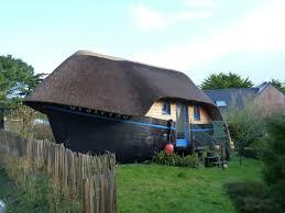 chambre hote insolite dormir dans une coque de bateau une expérience insolite voyage