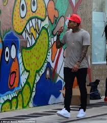 How To Graffiti With Spray Paint - chris brown joins ron bass to spray paint mural on wall in miami