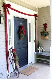 Christmas Decoration For Front Of House by Best 25 Christmas Front Doors Ideas On Pinterest Christmas